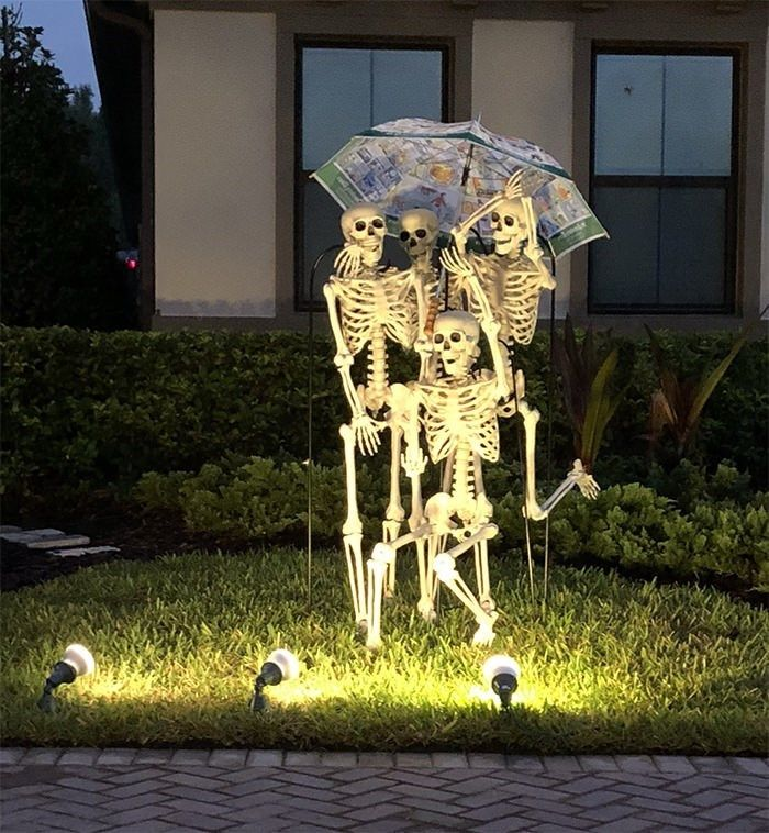 Neighbors Change Their Skeletons Everyday And Spooky Comedy Gold Results Halloween Skeletons Halloween Skeleton Decorations Halloween Party Decor Diy