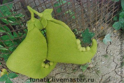 мужские валяные тапки `Green peas harvest...`. Серьезные валяные домашние сапоги для настоящего Главы Семьи. Такие башмаки не только согреют в холода или украсят интерьер, но и добавят красок и улыбок в серые будни.  В саксонской традиции горох - символ плодородия и большой крепкой семьи.