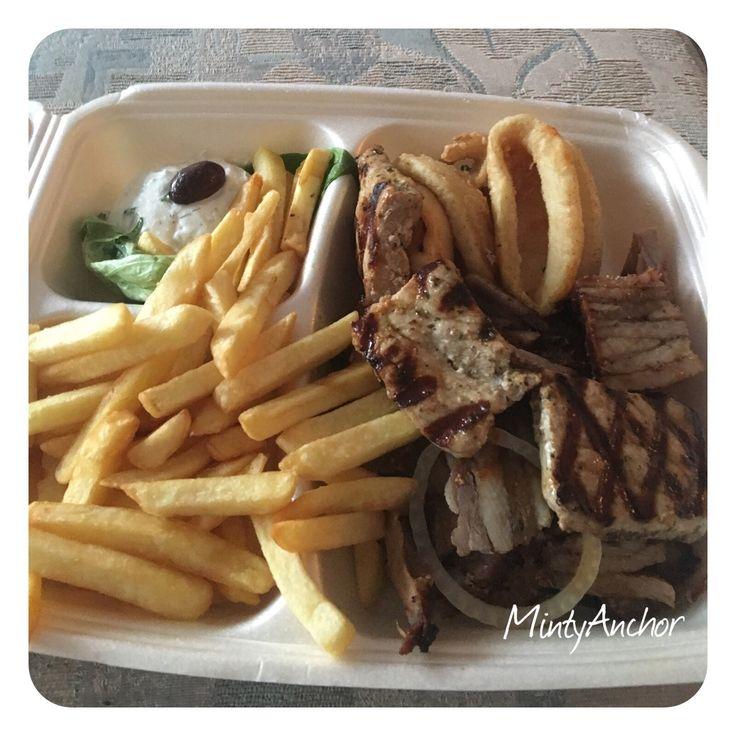 Griechisch essen: Suzuki, Pommes, Gyros, Kalamari und Zatziki