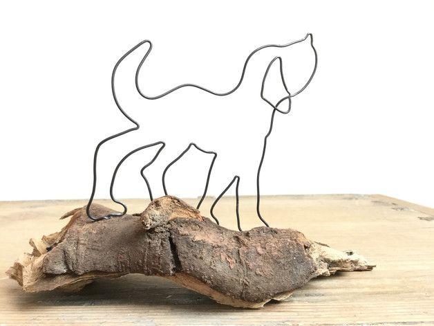 Ein Hund aus dickem rostendem Draht läuft auf einem sehr schönen Stück Holz. Dieses habe ich 2x vorsorglich gegen Holzwürmer behandelt. ca. 19 cm breit ca. 13,5 cm hoch ca. 9 cm tief Mit...