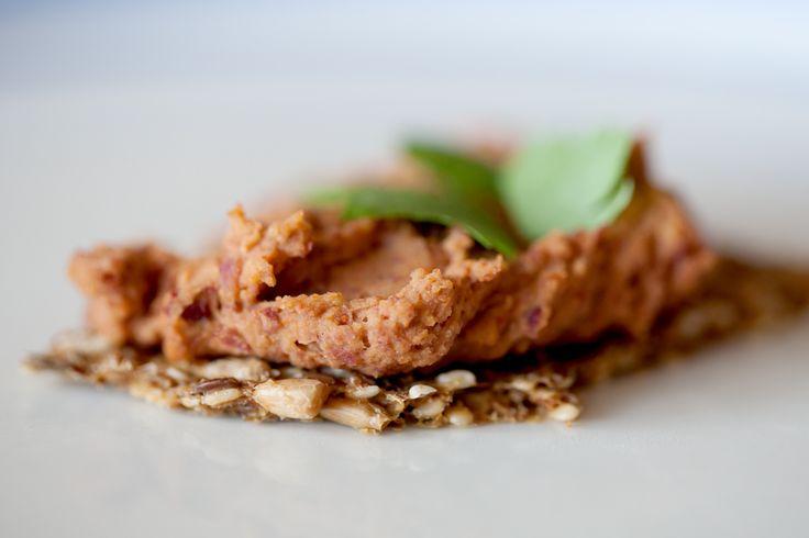 Denne vegetariske postej er en fremragende erstatning for den traditionelle leverpostej. Den er både fiber- og proteinrig, og så tager det ikke mange minutter at lave en god portion pålæg til hele …