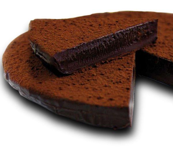 """TORTA PISTOCCHI di Firenze è una delle torte al cioccolato più amata d'Italia, dalla golosa consistenza difficilmente descrivibile creata da un abile artigiano cioccolatiere toscano che ha vinto tanti premi a livello europeo e mondiale. Una magia del cioccolato, una prelibatezza prodotta artigianalmente a mano da Claudio Pistocchi e dalla ricetta segreta che definisce: """"Concettualmente semplice. Semplicemente deliziosa""""#CarnevaliLuigi https://www.facebook.com/IlBuongustaioCurioso/"""