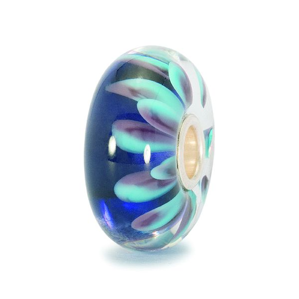 Zkuste nahlédnout přímo do středu této nádherně modré sedmikrásky. Každý její okvětní lístek se jemně ovíjí kolem stříbrného lemu korálku.