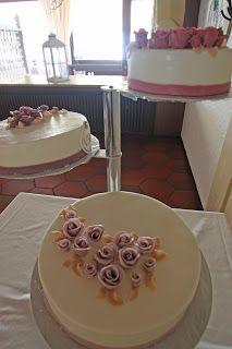 Hochzeitstorte in lila auf einer Etagere