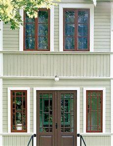 Grön fasad Gröna hus Det är stor skillnad mellan ett blågrönt och ett gulgrönt hus. Välj ett färgprov som ser ganska dämpat ut, och precis som för alla gröna kulörer med en tydlig dragning mot gult. Det finns många olika gröna nyanser som blir bra på fasader. Komplementfärgen röd passar bra till detaljer. Kulörförslag: 1. S 3005-G80Y 2. S 3010-G30Y 3. S 5005-G80Y Detaljfärg: Fönster: Röd, S 6030-Y90R Knutar: Grå/vit, S 1002-Y