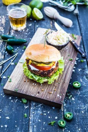 Vegetariska burgare med kidneybönor, kikärtor och vitlöksdressing