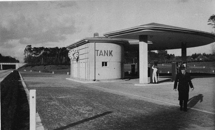 Erste Reichsautobahn-Tankstelle an der AS Darmstadt (Muster-Tankstelle), eröffnet am 1. Mai 1936; Architekt. C. A. Bembé, München.