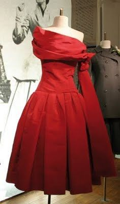 Dior 1955 Atout Coeur dress... If only, would be lovely to wear to a holiday party!