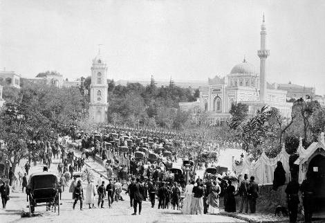 Sultan II.Abdülhamid fotoğraf arşivinden İstanbul'da hayat..Hamidiye Saat Kulesi ve Yıldız Camii Beşiktaş