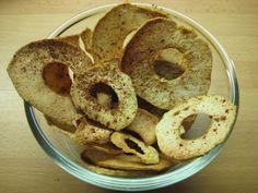 Appel chips. Heb je zin in chips, maar ben je bezig met een dieet of gewoon met gezonder leven, dan zijn deze appel chips een absolute aanrader. Heel makkelijk te maken en de wachttijd is het dubbel en dwars waard. Klik op de foto voor het recept.