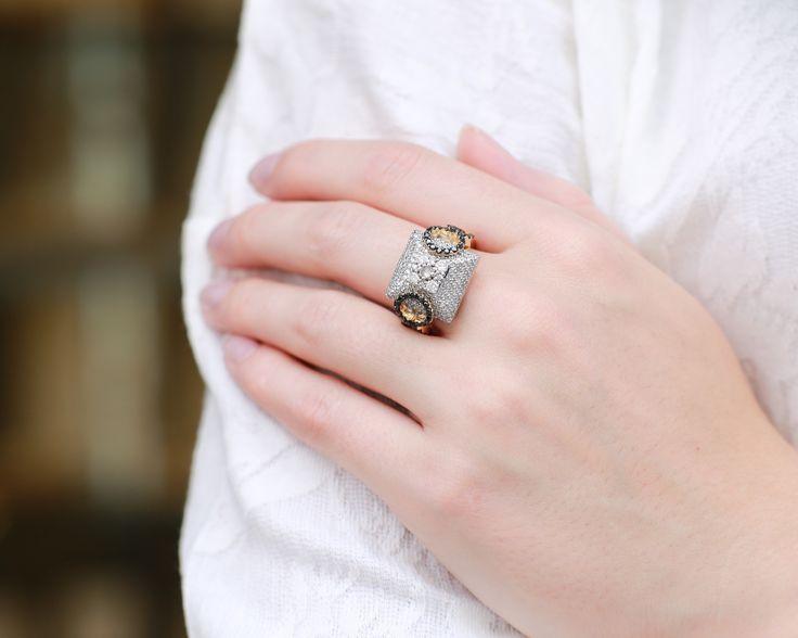 Czarna diamenty + biała bluzka = świetne połączenie  #czarnediamenty #diamenty #złoto #białabluzka #diamonds #gold