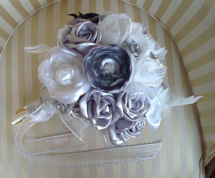 Bouquet with 19 Flowers: From cetim10 flowers gray, 4 white and 1 black, 2 From plain white organza flowers and organza 2 fantasy flowers. It also has 7 silver buttons.    Visit Doce Açucena no facebook: https://www.facebook.com/pages/Doce-A%C3%A7ucena/239223889555620  acucena.doce@gmail.com  Tlf.: +351 922052180 (for connecting from the foreign)