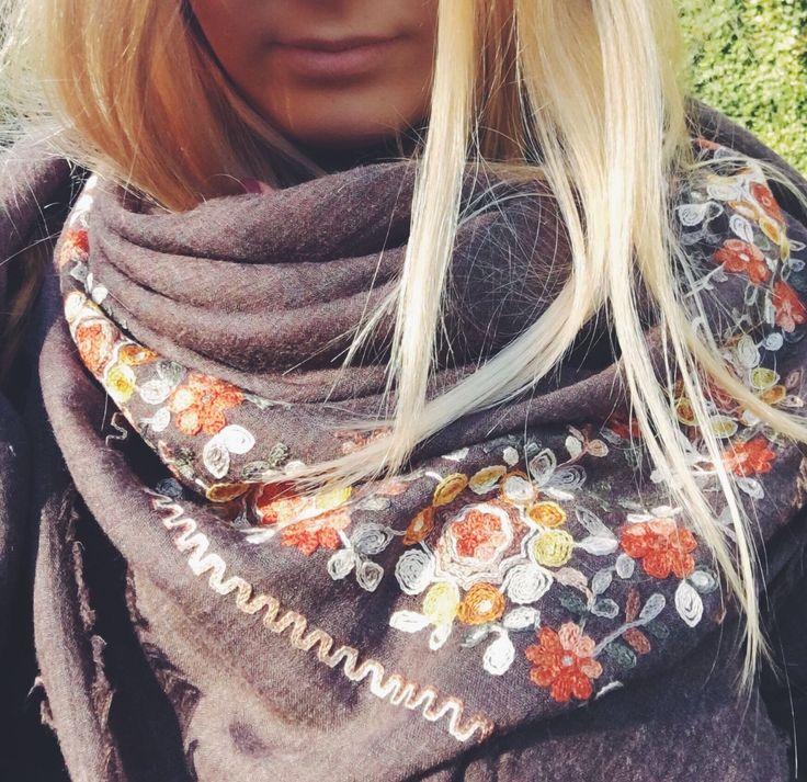 Raffinatissima sciarpa flower inspired di Rosa Velvet   #Rosavelvet #shoponline #madeinitaly #sciarpa #scarf #flowerinspired #nature #passeggiatafashion #trendy #moda #accessori #accessorimoda