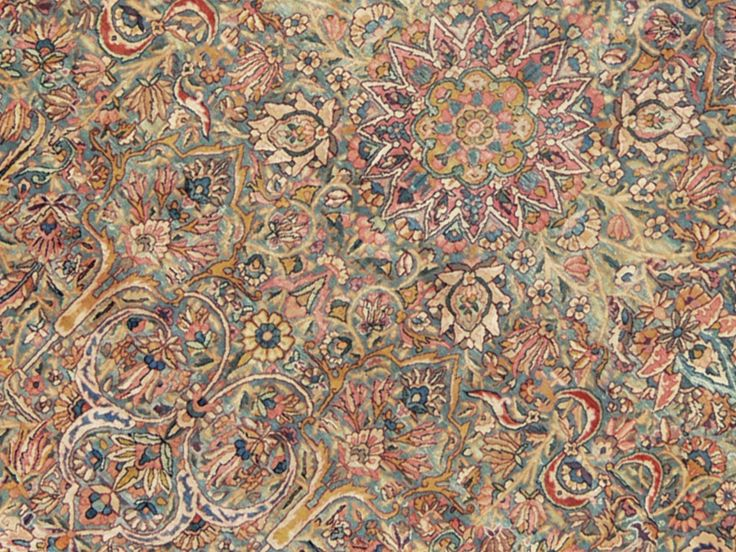 The floral Persian rug ultimate! Kirman! The explosion of floral motifs, scrolls, the complex design, the large number of colors and in general the abundance of decoration, in any recent knotted rug or even seventy years now, is excessive, baroque and cloying. So it is not for this old carpet Kirman. The vegetable dyes, hand-spun wool, the wisdom of the masters weavers of the time, having well beaten with metal comb the plots, the time that acted on the colors, shaving a few millimeters from…