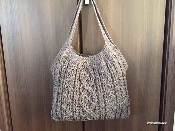 かぎ針編みのアラン模様で編んだニットバッグの編み図が完成しました!週末、予定が入っていて、作業できないので、先に編み図のみ公開しておきます。サイズは、持ち手を含めず、だいたい横31cm×縦27㎝ぐらいです。四角く編んで、