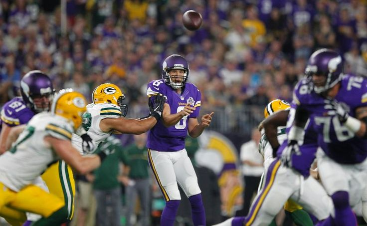 Vikings, Packers Battle Under The Lights