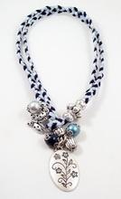 Bixut - Collar Coraline azul. Realizado en lapislázuli, ante, lazo y piezas de metal de fantasía.