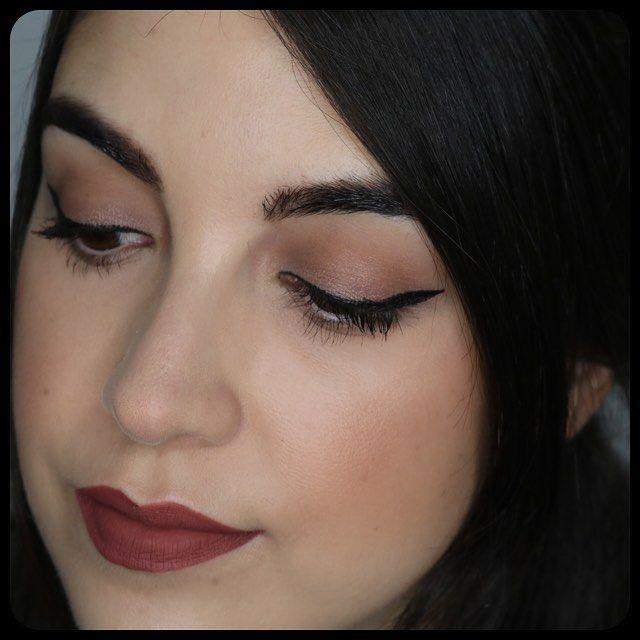 Detalle del maquillaje de hoy con un look de ojos con la paleta Narssissist de NARS, colorete e Iluminador de @tartecosmetics y labial Lolita de @katvondbeauty y @sephora_spain, debo decir que mejora mucho sin la prebase de labios de MAC, aguanta mucho mejor 😊 Tendré que darle otra oportunidad, hehehe #maquillaje #makeup #lotd #motd #makeupoftheday #lookoftheday #katvond #katvondbeauty #sephora #sephoraspain #lipstick #liquidlipstick #lolita #blogger #beautyblogger #makeupblogger #youtuber…