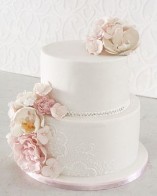 Beautiful sugar flowers on top of the elegant sugar piped lacework.