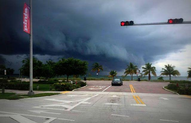 El poderoso huracán #Matthew de Categoría 4 ya esta en Miami - IMG @Eulimar   A esta hora Miami es una ciudad fantasma en alerta máxima y ha extremando las medidas de prevención  El presidente Barack Obama declaró el estado de emergencia para la Florida cuando el estado se prepara para el impacto del huracán Matthew que ha ganado fuerza en las últimas horas y tiene ahora categoría 4.  Se acerca #Matthew: así está el norte de Miami Beach ahora mismo http://pic.twitter.com/chAD24JiDJ   Eulimar…