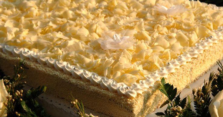 Cómo hacer un pastel de harina. Haz un pastel de harina con harina común. Los pasteles que son ligeros y esponjosos son mucho mejores; así que deseas que el tuyo se te haga agua la boca. Sin embargo, todos tus pasteles terminan planos y duros, dignos de un concurso de frisbee. Podría ser por la harina que estás utilizando más que por una falta de habilidad. Si tú eres como la ...