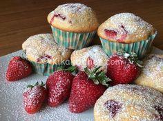 I muffin alle fragole sono dei dolcetti morbidi aromatizzati con pezzetti di fragole fresche, ideali per una colazione o una merenda genuina.
