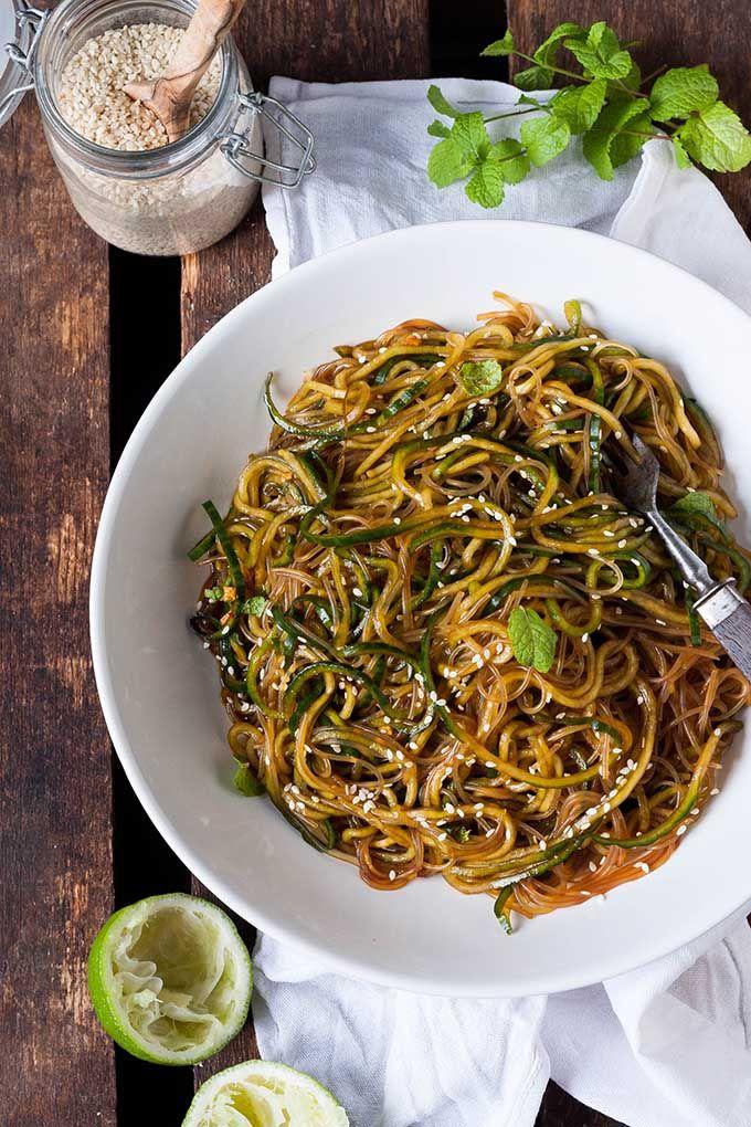 Schneller Glasnudelsalat mit Gurken-Spaghetti, Sesam und Minze. Dieses 10-Minuten Rezept ist schnell, leicht und trotzdem sättigend. Sooo gut - kochkarussell.com