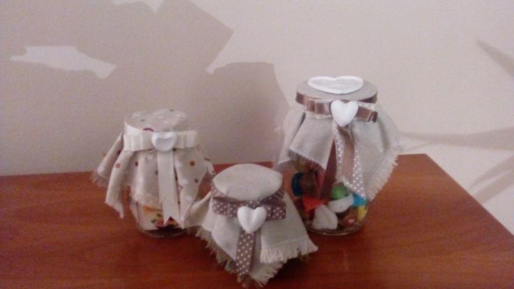 Vasetti con zucchero, tisane e cioccolata, decorati con gessetti
