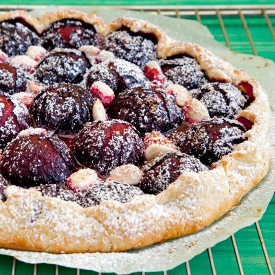 Galette made with purple plums, sugar and butter. It´s a delicious dessert. (in Spanish)