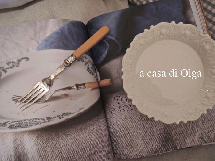 """Olga ama i libri di cucina e le stoviglie vintage: così, arrivato in casa sua, """"Fragole a merenda"""" non si apre a caso, ma nelle pagine in cui compaiono stoviglie affini. Numero 2: il piattino da torta... #quifragoleamerenda"""