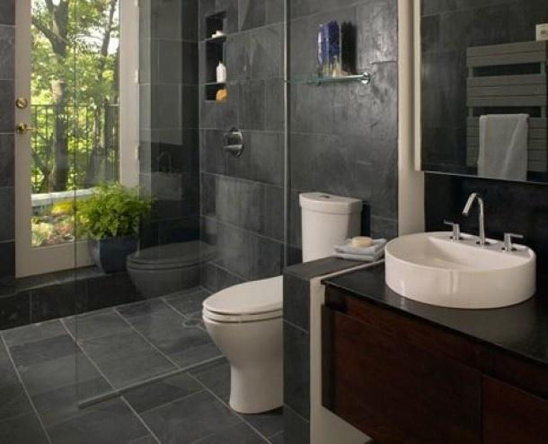 Klein badkamertje met leisteen op de muren en de douche voor het... Door marian28