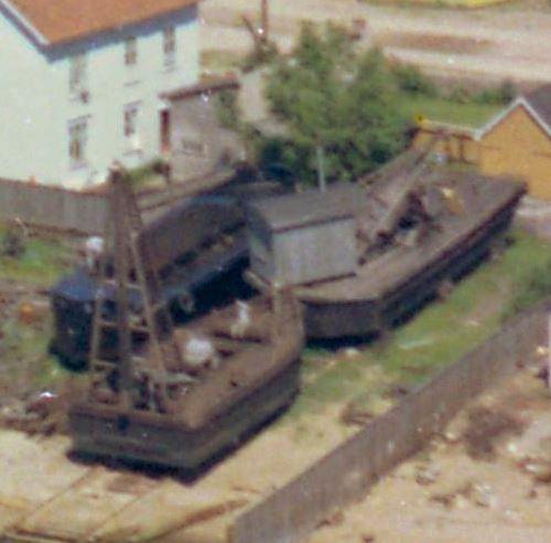 Lektere i Larvik havn, nærmere bestemt Havnegata 1 / Karistranda, foreviget i 1960.     Slike lektere ble brukt til oppgaver som å slå påler ned i havbunnen, til å fjerne mudder og til reparasjon av kaianlegg.       Se fullstendig bilde her: https://www.flickr.com/photos/vestfoldmuseene/15874091062/in/set-72157645099806858