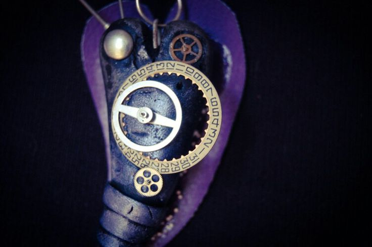 #Collana #steampunk style con #cuore #viola in pasta #polimerica, applicazioni in metallo e parti di #orologio, base in #ecopelle con #microsfere. Catenina in #argento.  #Steampunk style #necklace with #polymer clay #purple #heart, metal elements and #clock parts, faux #leather basis with #microspheres. #Silver chain.
