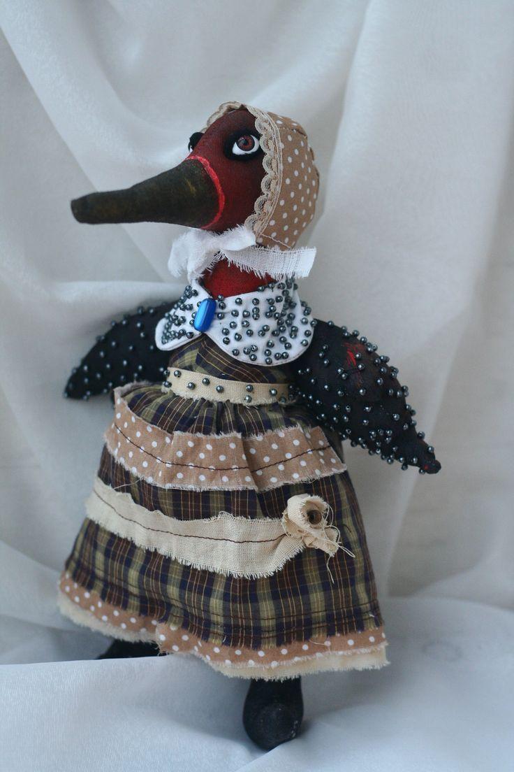 странная птица напоминающая скорее утку.выполнена в технике грунтованный текстиль, одета в платье, панталоны, чепчик. Воротничок и чепчик снимаются. Является эмблемой удачи. Утки летают парами, поэтому птица считается символом брака. В фэн-шуй вообще любой парный знак особо благоприятен для семейных отношений, а эти птицы, как верят китайцы, выбирают себе партнера один раз на всю жизнь и умирают, если им приходится разлучиться. Поэтому утки являются еще и символом супружеской верности…
