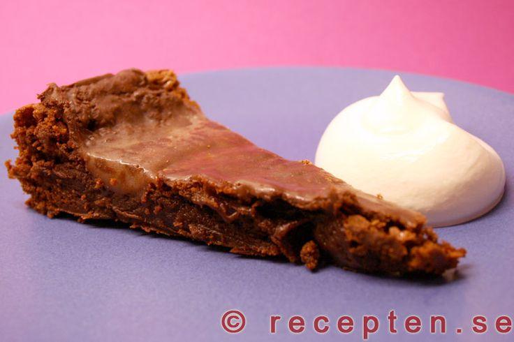 Mintchokladtårta - Lyxig kladdkaka med after eight - Lyxigt men enkelt recept att göra på mintchokladtårta som är som en kladdkaka med mintsmak från After eight. Mycket god och mäktig! Tid 40 min. Du behöver 30 rutor After Eight.