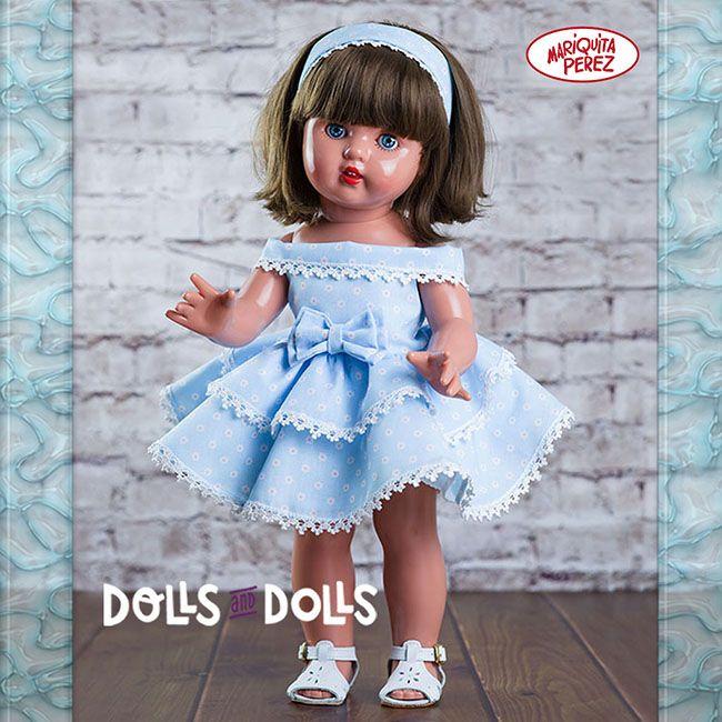 En esta época estival, Mariquita Pérez aprovecha y luce una melenita corta con su clásico flequillo. Ha elegido de su armario un precioso vestido azul con volantes para estar fresquita y lo viste como nadie. ¡Tiene un porte único! Ahora le toca decidir lo que va a hacer el día de hoy: dar una vuelta por el paseo marítimo o visitar algún museo en el centro de la ciudad. ¿La acompañas? #Muñecas #Dolls #Poupées #Puppen #Bambole #Bonecas #Lalki