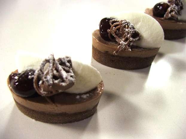 Luca Montersino e i suoi capolavori di dolcezza con l'ingrediente goloso per eccellenza: il cioccolato! Oggi sceglie la ricetta della foresta nera in formato mignon. http://www.alice.tv/cioccolato/foresta-nera-mignon