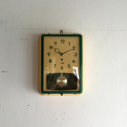 ODOのヴィンテージクロック振り子の壁掛け時計|フランスODO社のグリーンが鮮やかなウォールクロックです!ODO社はアンティークのウェストミンスターチャイムクロックのムーブメントを手がけていた歴史ある時計メーカーです!全体はイエローがかったクリーム色。グリーンの風防フレームと、時計針、文字盤画より引き立ちますね。曲面ガラスはオリジナル!大きな傷もなくベストコンディションです!!お部屋のアクセントに、ショップの壁もこれでグッとクールになります。
