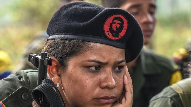 Une membre des Forces armées révolutionnaires de Colombie (Farc) lors d'une classe sur le processus de paix avec le gouvernement colombien dans les montagnes de Colombie le 18 février 2016
