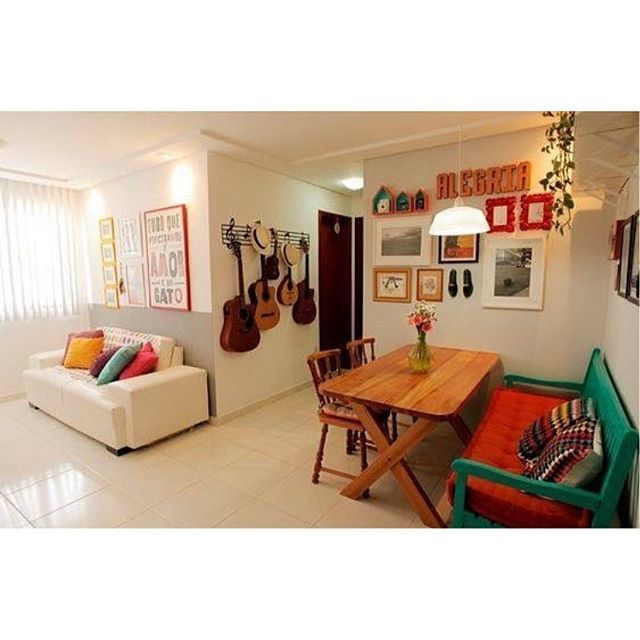 Alegria é esse ambiente composto de simplicidade, personalidade e muito bom gosto #casacomborogo #casadeverdade #designdeinteriores #decor #decoração #amodecorar #salapequena #apartamentopequeno #livingroom #inspiração