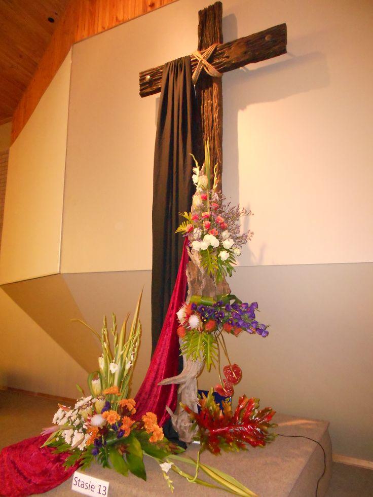 Kruis voor in kerk met blomme