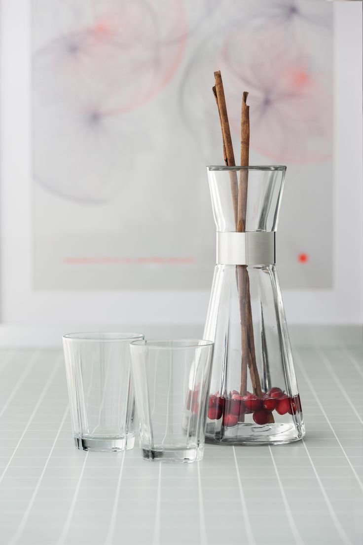 The carafe and drinking glass from Rosendahl Grand Cru is probably some of our best known and most loved products. The clean lines compliment your dinner table, whether it's for everyday or festive occasions.  Tip - flavor your water with berries or fresh spices for a refreshing zing. #rosendahl #rosendahlgrandcru