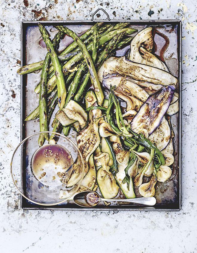 Vous ne savez quoi cuisiner pour accompagner votre prochain barbecue ? Essayez ces légumes grillés avec une marinade à l'ail et une sauce soja qui vont régaler vos papilles et donner de la fraîcheur à vo...