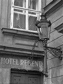 Zákoutí s lucernou (4827) • Praha, září 1966 • | černobílá fotografie, Prokopská ulice, reklamní nápis, zeď, lucerna|•|black and white photograph, Prague|