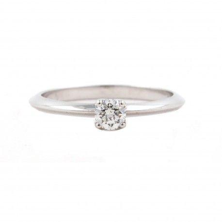 Genial! sería un anillo de compromiso perfecto! Este anillo está hecho en oro blanco de 18 kilates con un diamante de 0,22kts. alicante joyeria marga mira | anillos de compromiso diamante | anillos de compromiso precio | anillos de compromiso alicante | anillos de compromiso oro blanco | joyeriamargamira.com/content/10-anillos-compromiso-alicante | #joyerias #alicante #anillos #wedding #ring #gold #oro #alacant #costablanca #jewellery #diamonds #style #luxury # bodas | https://goo.gl/B7Svro