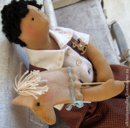 Кукла в стиле Тильда  Я люблю свою лошадку!. Очаровательный мальчик в стиле ретро. Льняная рубашечка, штанишки на лямках. В руках- игрушечная лошадка. Милый подарок и украшение интерьера. В пару к мальчику- девочка с куклой.