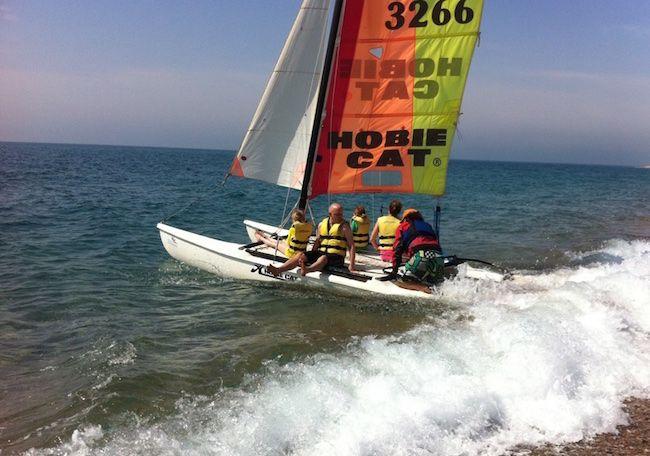 Catamaran met kinderen varen in Santa Susanna, Costa Brava, Catalonië #nauticsport #Cataloniëmetkinderen