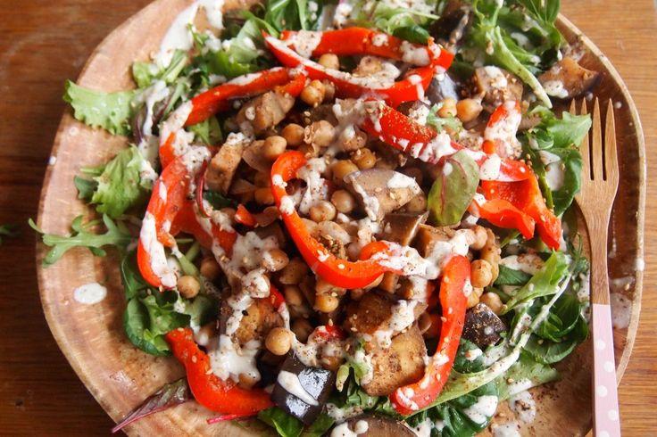 Recept: salade met kikkererwten, groente, za'atar en tahinidressing - De Groene Meisjes