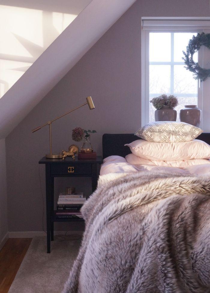 Una ghirlanda di abete, una coperta di pelliccia e una stella nella finestra. Ed è subito Natale. #mansarda