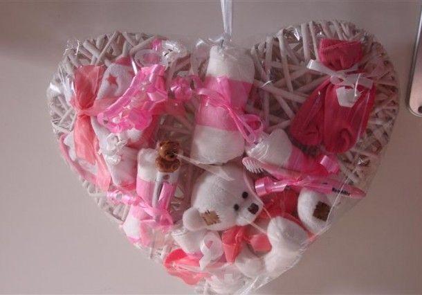 Geboorte hart. Nodig: Rieten hart, 2 luiers, 2 p. sokjes, knuffeltje, Speentje, Rammelaar, enz. Lint.  Werkwijze: Rol de luiers op en bindt ze met lint op het rieten hart vast.  Bindt ook alle andere spulletjes met een lintje aan het hart vast.  Tip: Je kunt er ook voor kiezen om de kleine spulletjes met leuke kleine wasknijpertjes op te hangen.  Maak een lint vast aan het hart zodat je deze kan ophangen.